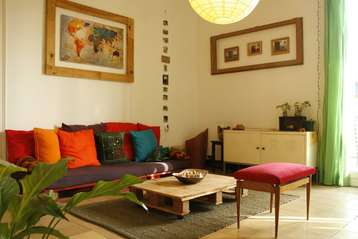 sala de estar amplia con mucho sol y ventilación / Living room bright and airy.