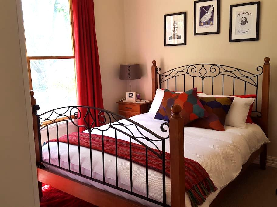 In walking distance to 3 Wineries - Seville - House