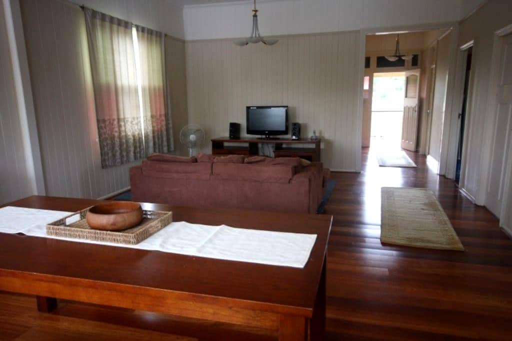 Walk to bus, train, uni and shops - Coopers Plains - Rumah