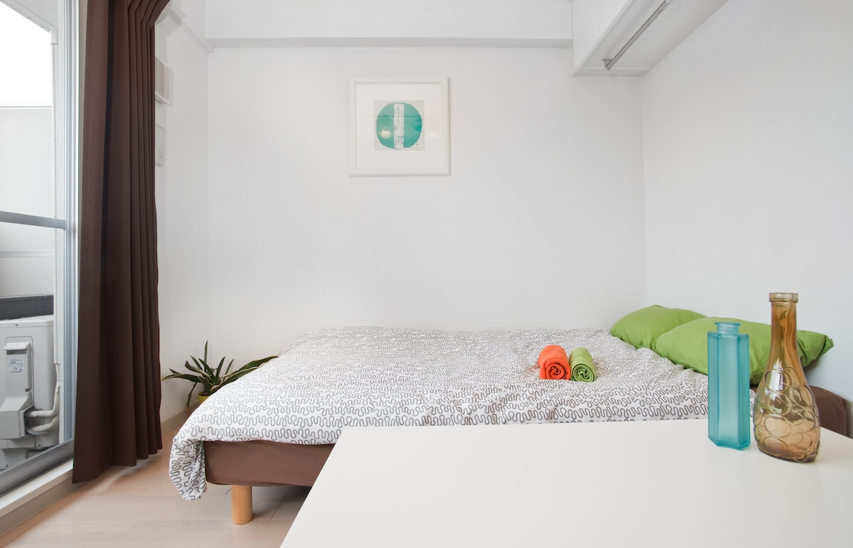 The bed is semi-double size (120x200cm) and is equipped with a memory foam topper.