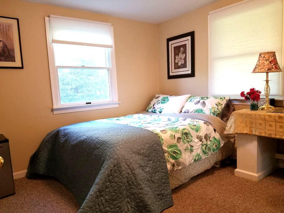 Private room in quiet suburban area w/private bath - East Northport - Casa