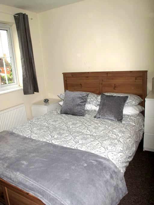 Double En Suite Bedroom - Hatfield - House