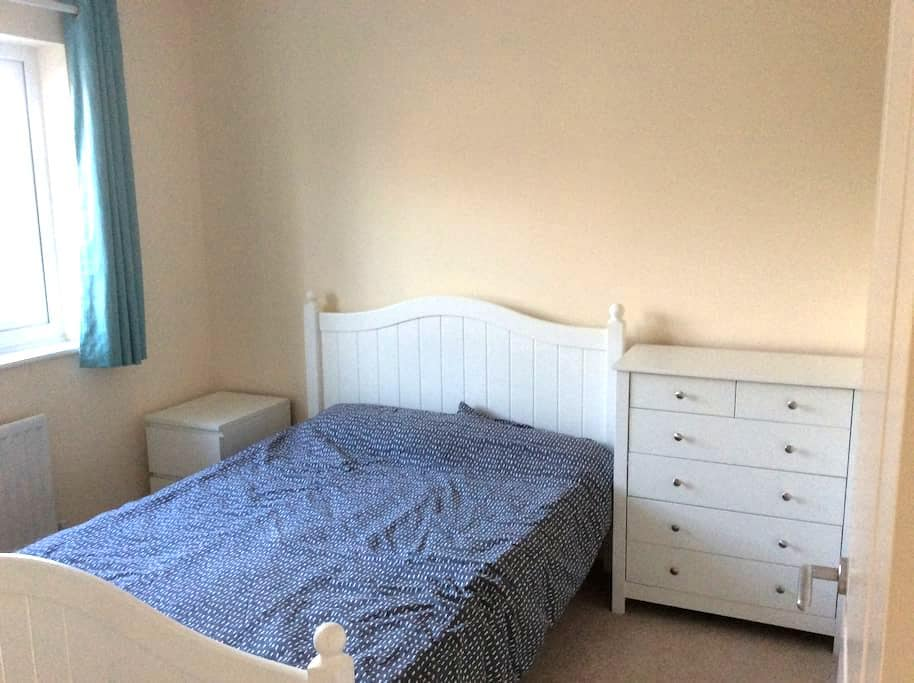 Modern cosy double bed with private bathroom - Caldicot - Rumah