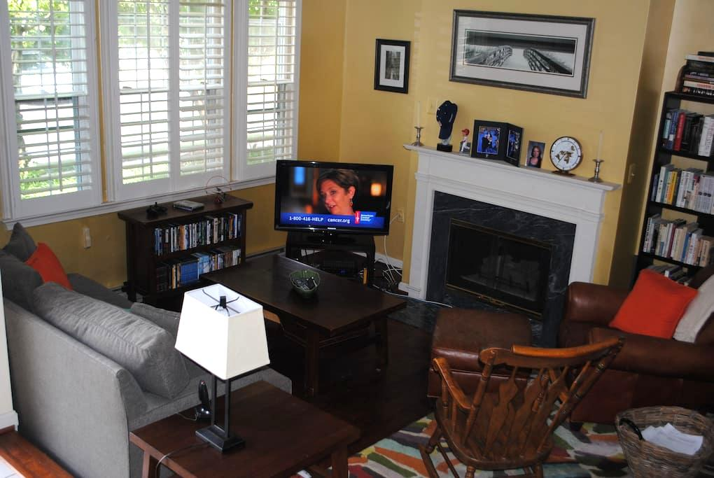 Private Floor (2 BR+Full Bath) in 3 L Townhome - Fairfax - Townhouse
