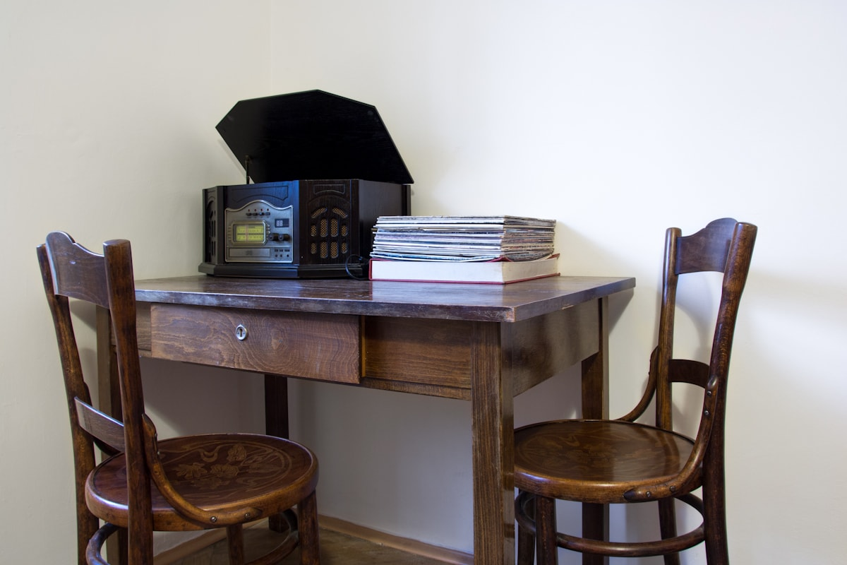 Table with gramoradio and lps