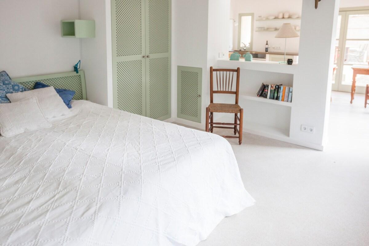 Schlafbereich mit Blick in die Küche