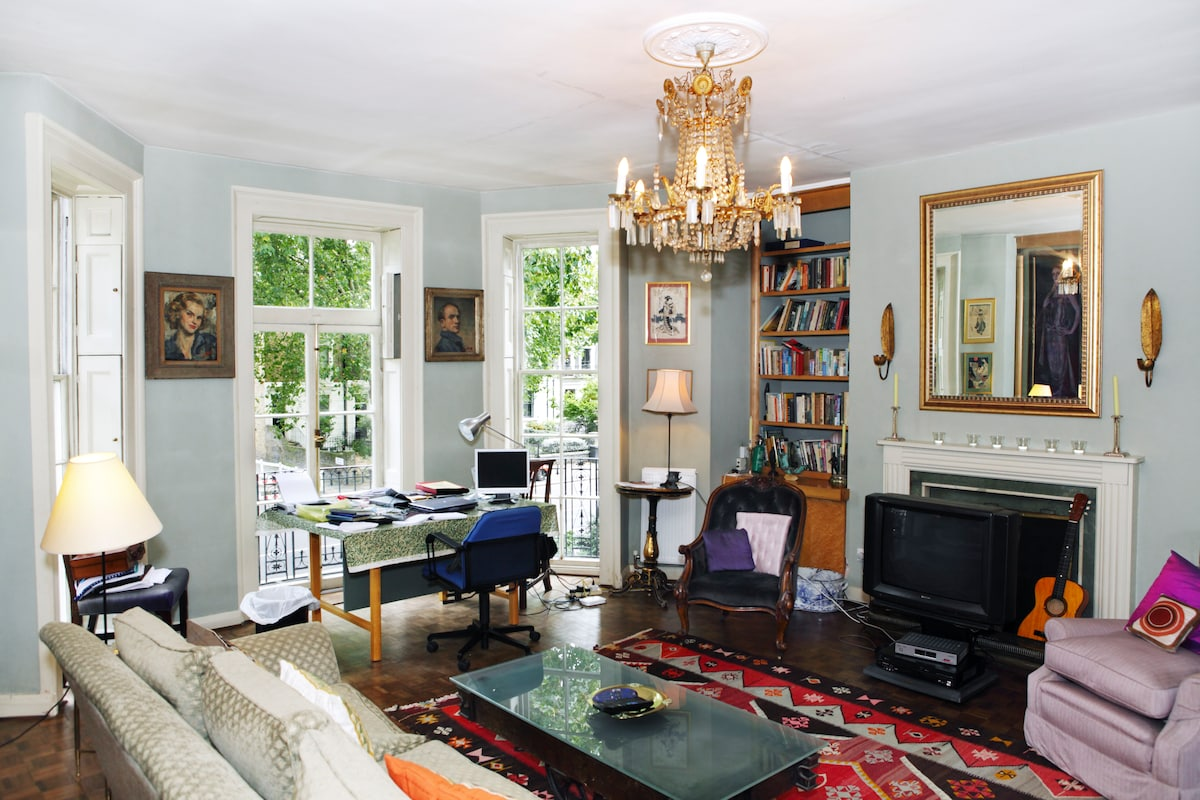 Spacious sitting room on the first floor with many antique furnishings