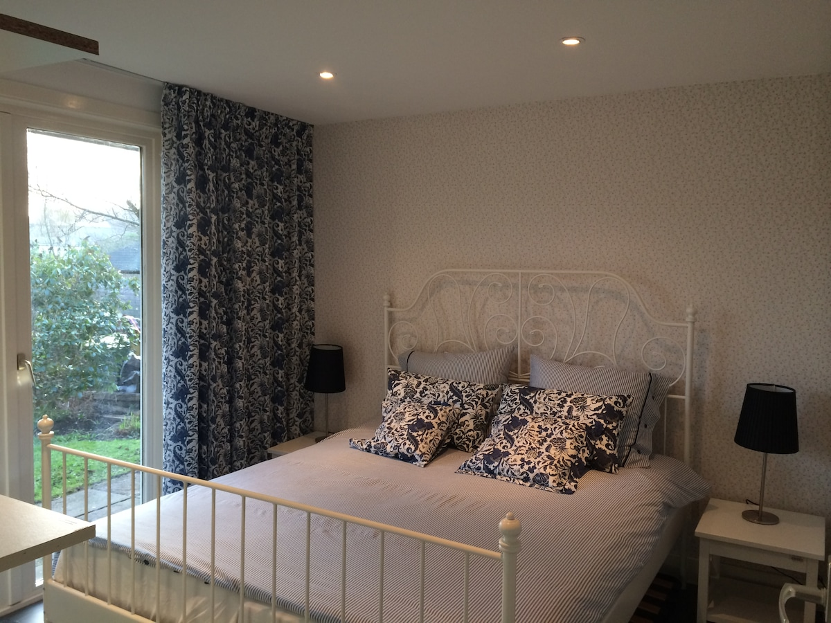The room offers a 1.60 x 2.00 mtr bed.