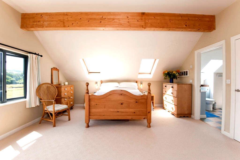 B&B Large bedroom/s with ensuite , stunning views. - Devoran - Bed & Breakfast