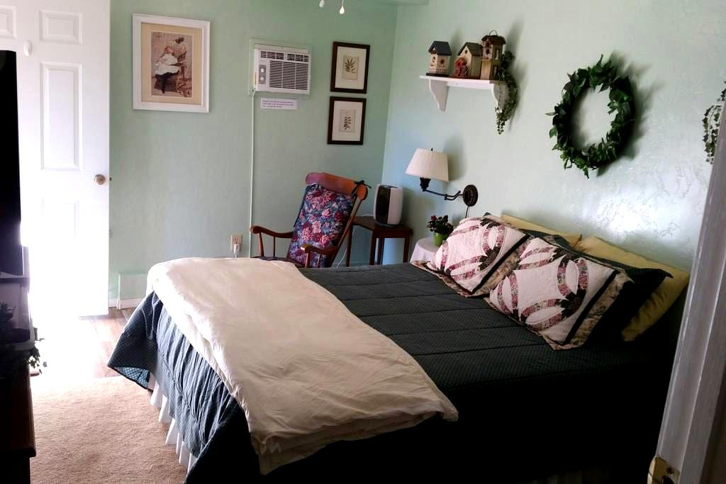 Clean, cozy room, bath, and breakfast too! - Idyllwild-Pine Cove - House