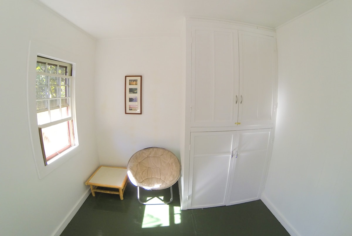 White Room BR3 Sitting Area, Large Closet + Queen Bed, Sleeps 3