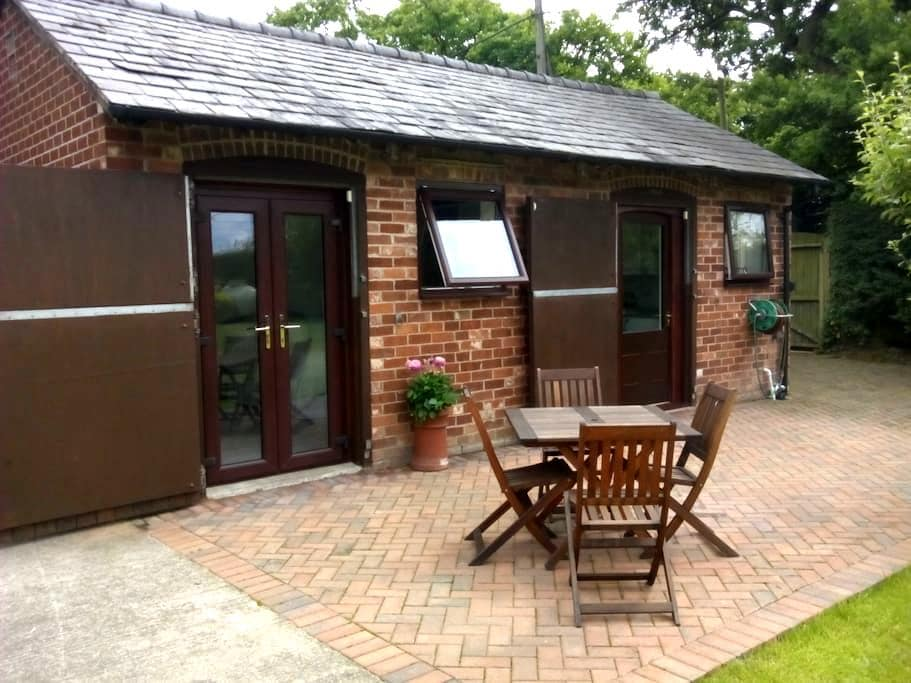 Converted Stables Studio Apartment - Saughall - Chalet