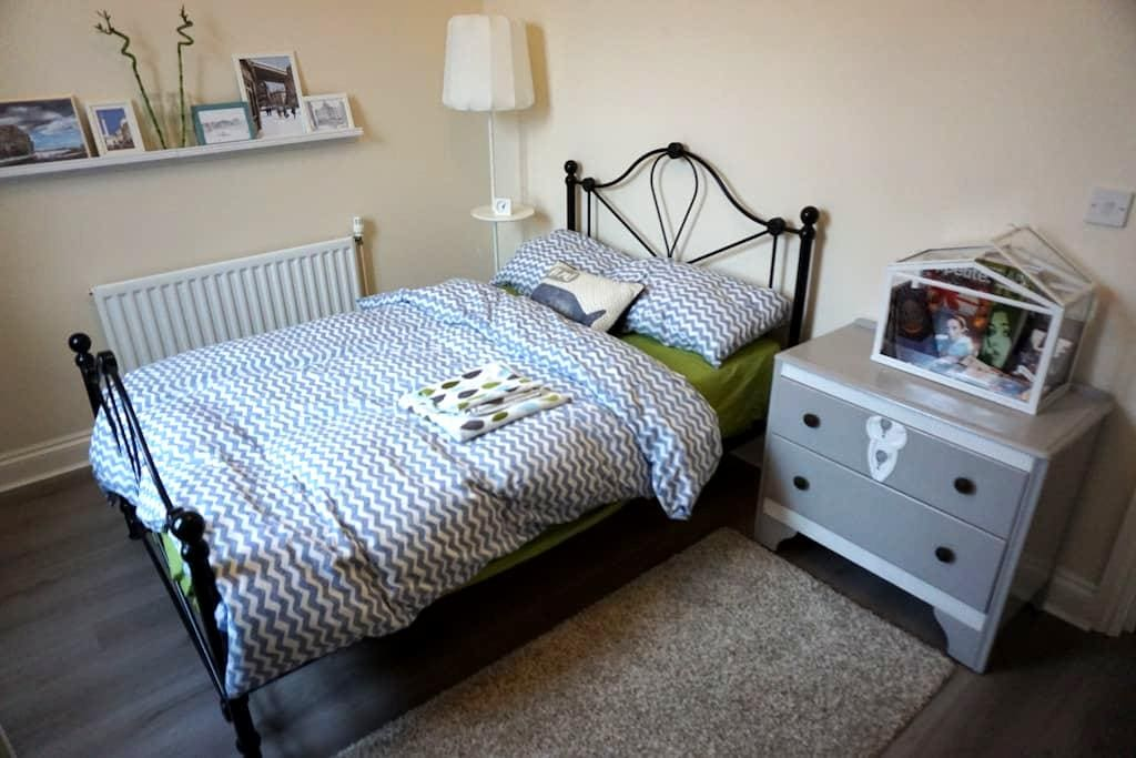 Charming double bedroom with free car parking - Newcastle upon Tyne - Apartment