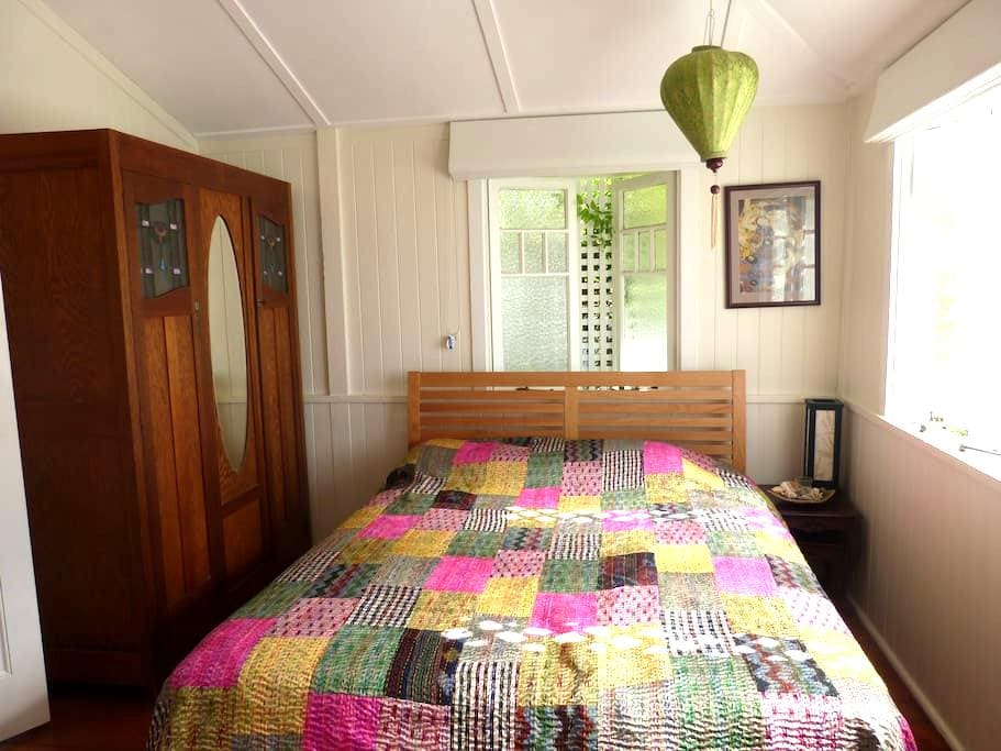 Beautiful room in a groovy area close to the city! - Red Hill - Casa