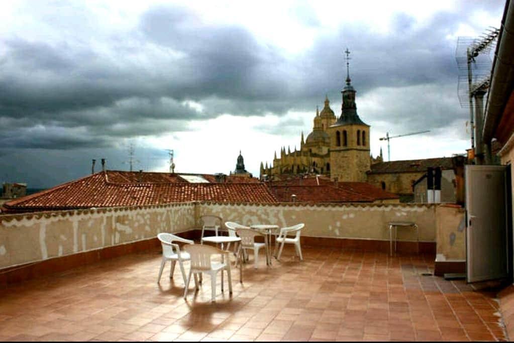 Piso acogedor,céntrico,con terraza - Segovia - Appartement