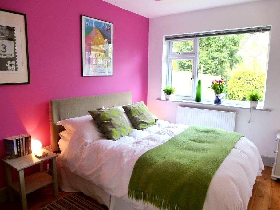Lovely room in modern village house - Great Bedwyn - Huis