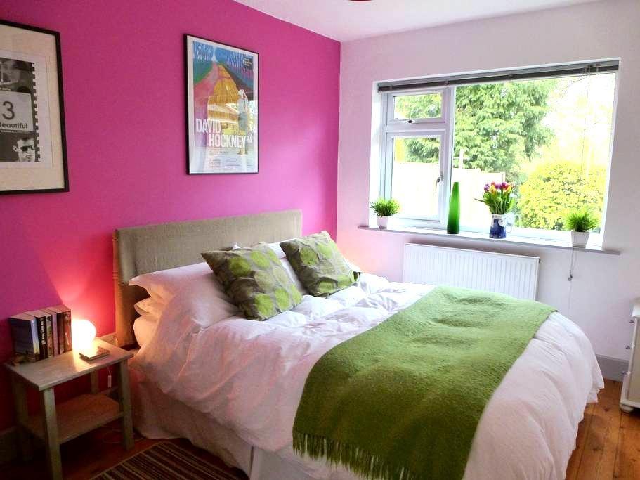 Lovely room in modern village house - Great Bedwyn - Haus