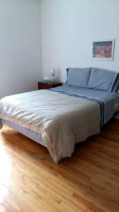 chambre bien éclairée meuble - Québec - Bungalow