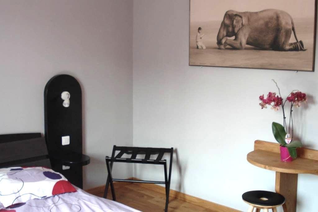chambre chatillon centre et jardin - Châtillon-sur-Chalaronne - Bed & Breakfast