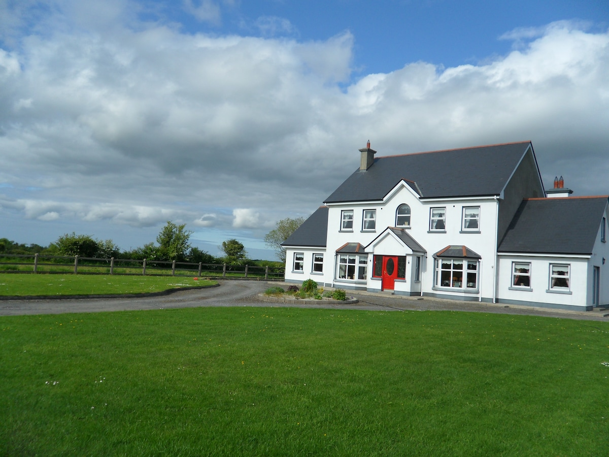 Welcome to Lisdovogue House, we are situated in breath taking Scienic the countryside.We are surrounded by beautiful fishing lakes and mountains - it is just heavenly ...