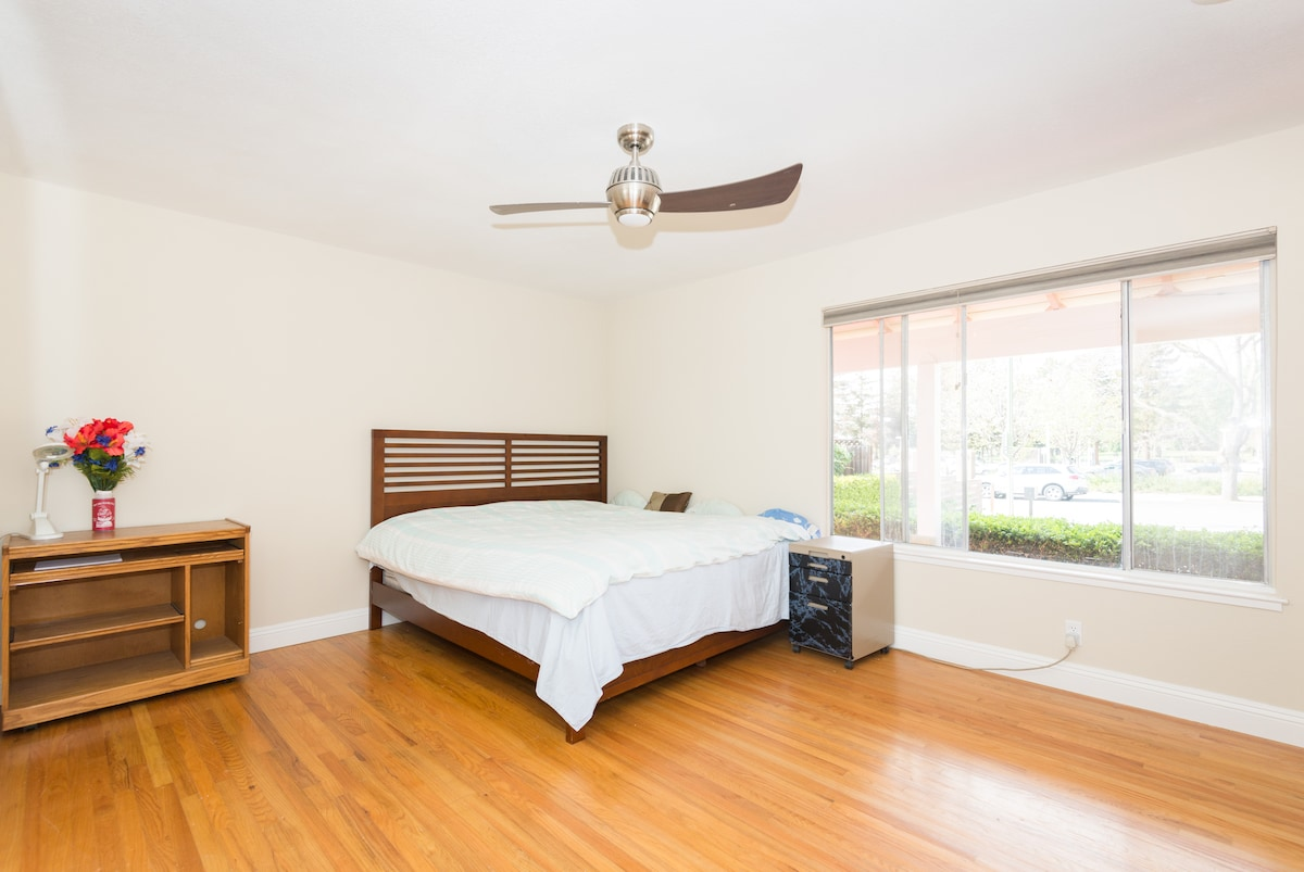 [NO1] Spacious master bedroom with Comfortable Bed and beautiful wooden floor
