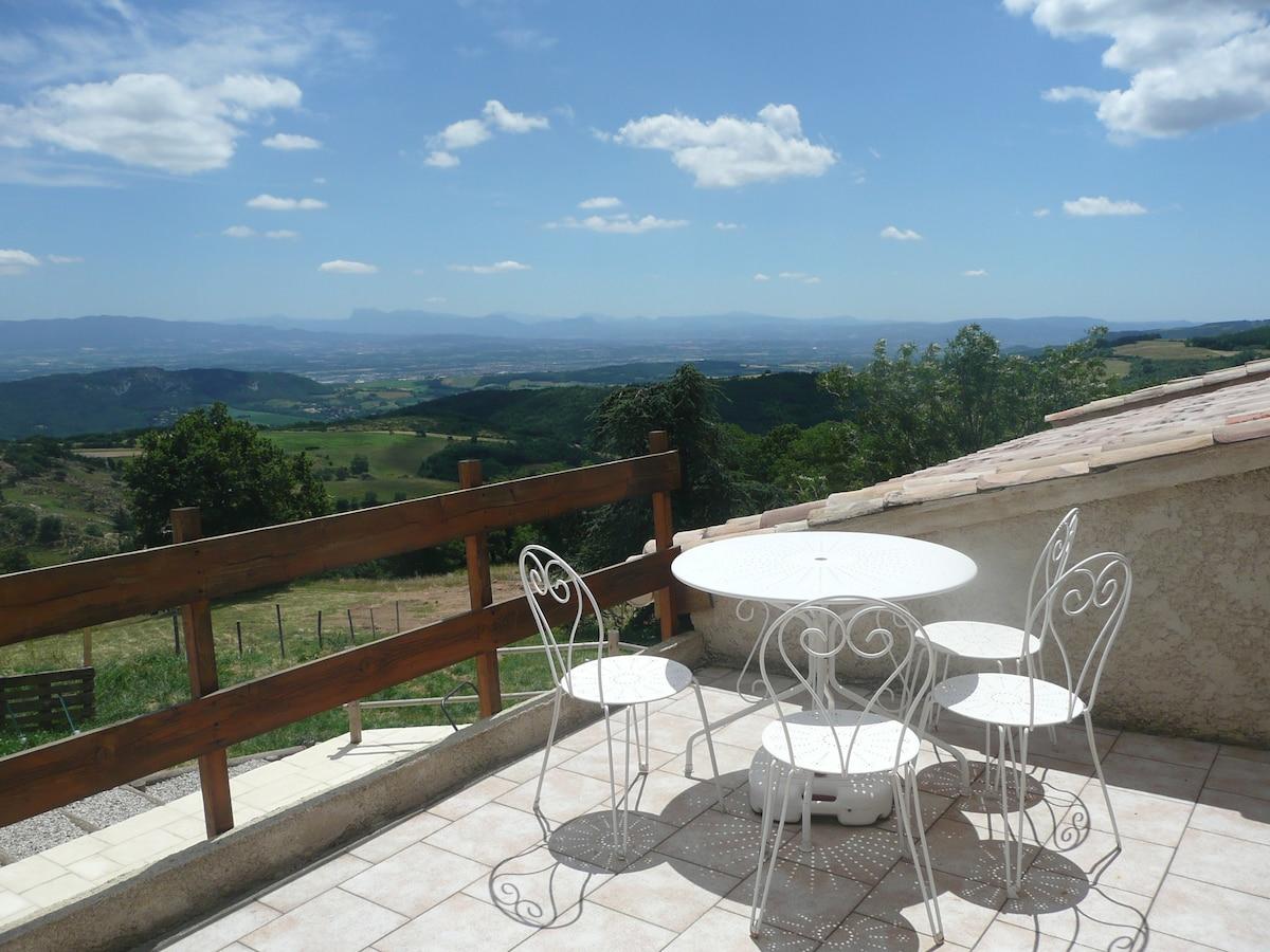 La terrasse avec vue sur le Vercors et la vallée du Rhône