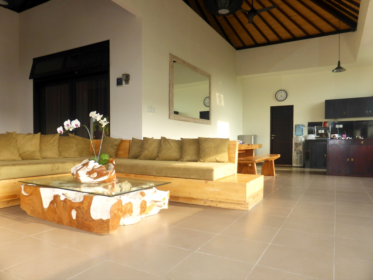 "My place is great for students, ""upscale"" backpackers, and travelers that love to spend some weeks or month in Bali."