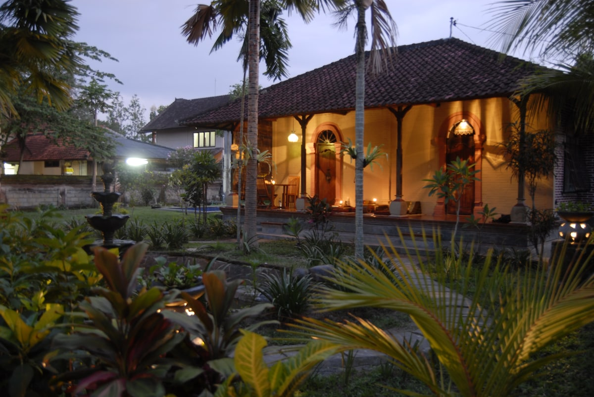 the bungalow with the purple(left) and orange(right) room by night