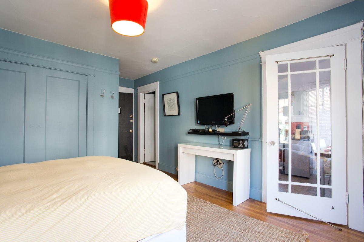 Lounge the morning away in the queen bed, conveniently in view of the flat-screen TV!