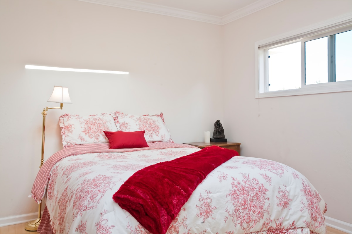 Comfy queen size bed with luxury linens.