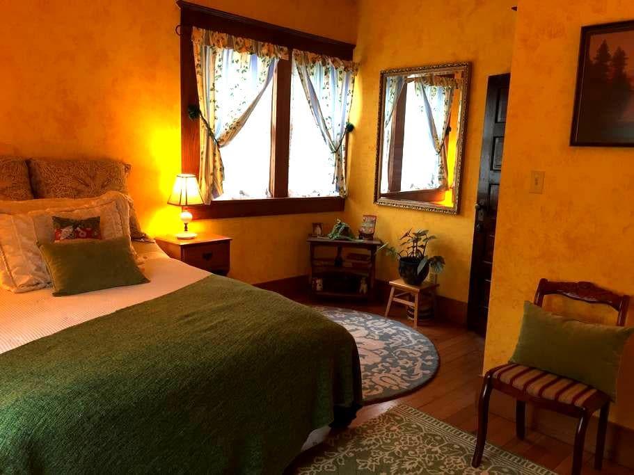 Sunrise Room: Heart of Fairhaven (1 of 2 rooms) - Bellingham - House