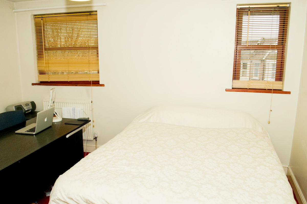 Kingsize bed with large desk & Wi-Fi