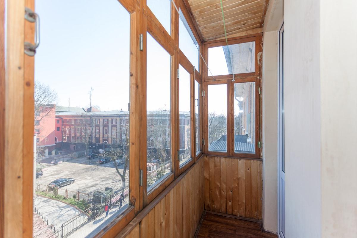 застекленный деревянный балкон в спальне