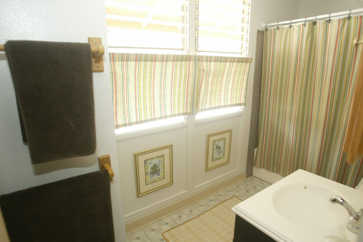 Bright & Airy Room in Central Oahu!