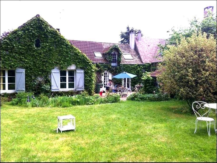 MAISON FAMILIALE AVEC GRAND JARDIN - Auffargis - Haus