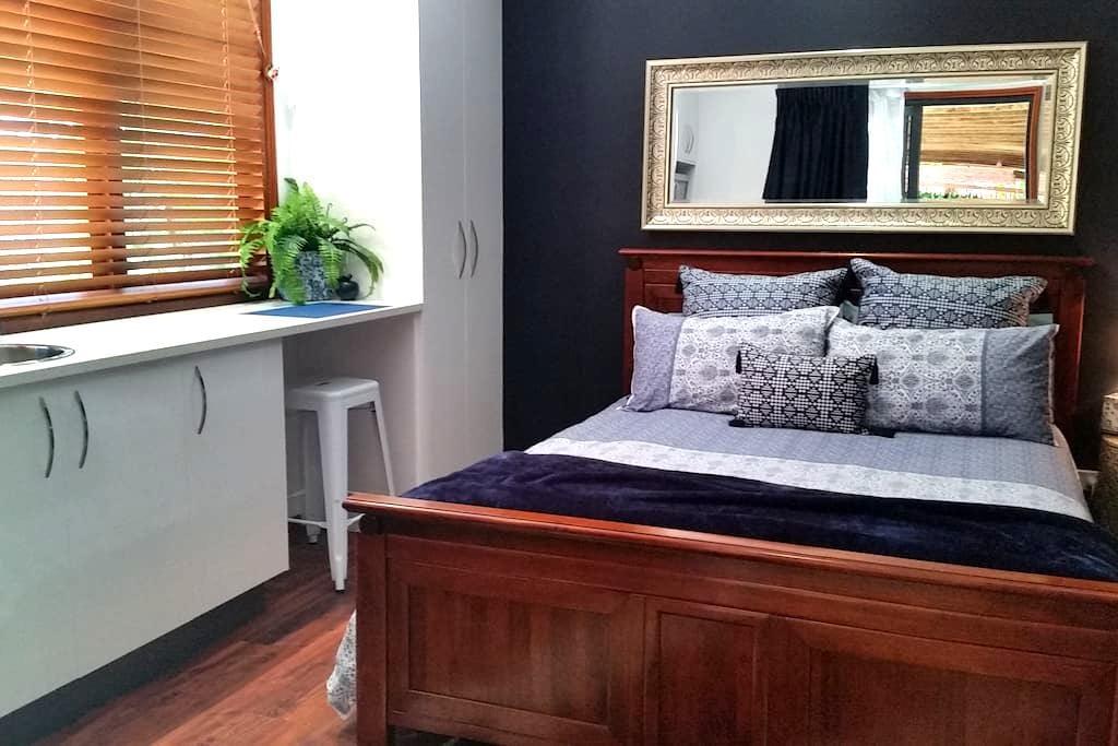 """""""Blue Bay"""" Studio - Queen Bed - Urangan"""