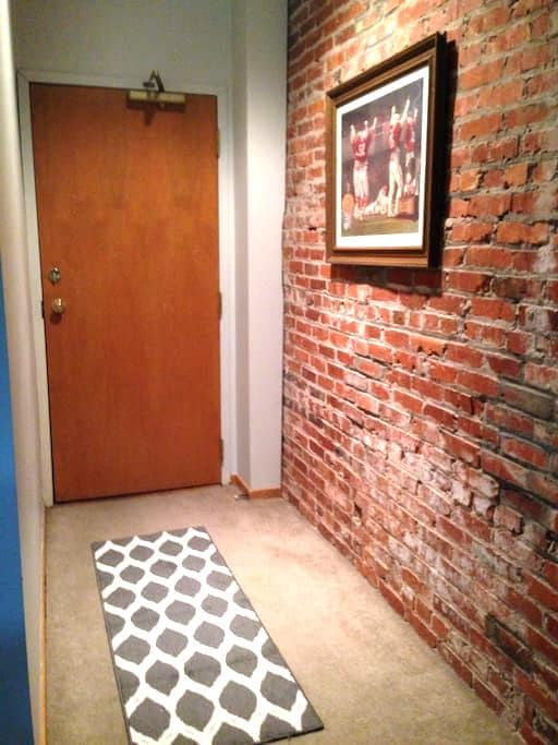 Charming 2 Bedroom Condo - Lincoln - Apartment