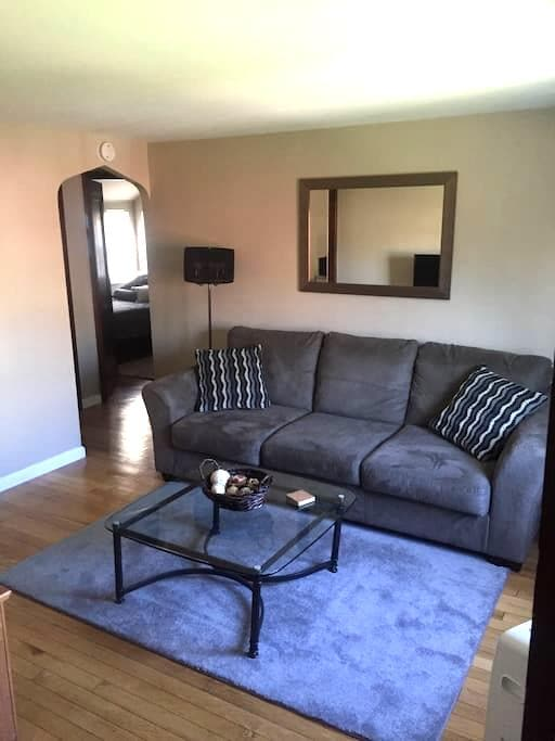 Remodeled APT Near Airport - Pittsburgh - Apartment