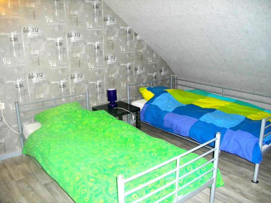 Chambre rénovée avec 2 lits + TV - Saint-Julien-lès-Metz