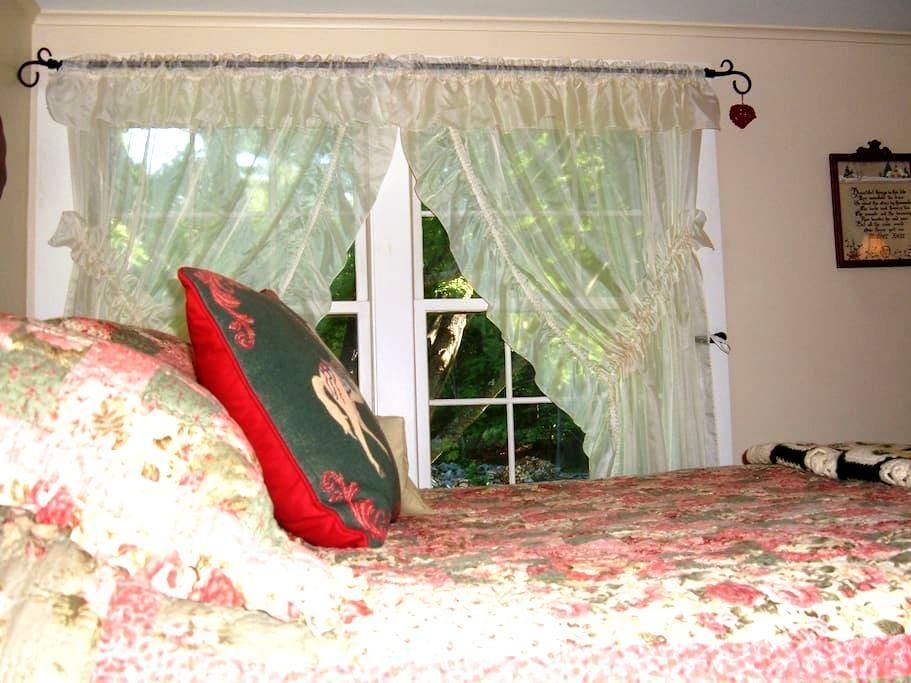 Treehouse Room in Cozy Old House - Gilford - บ้าน
