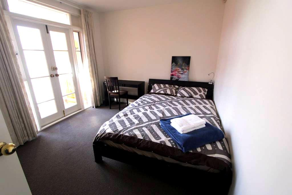 A big bright room with queen bed :) - Norwood - Complexo de Casas