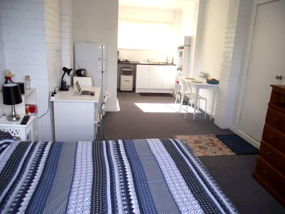 STUDIO,NO SHARING AT ALL, 15min Airport, 25min CBD - Keilor - Muu