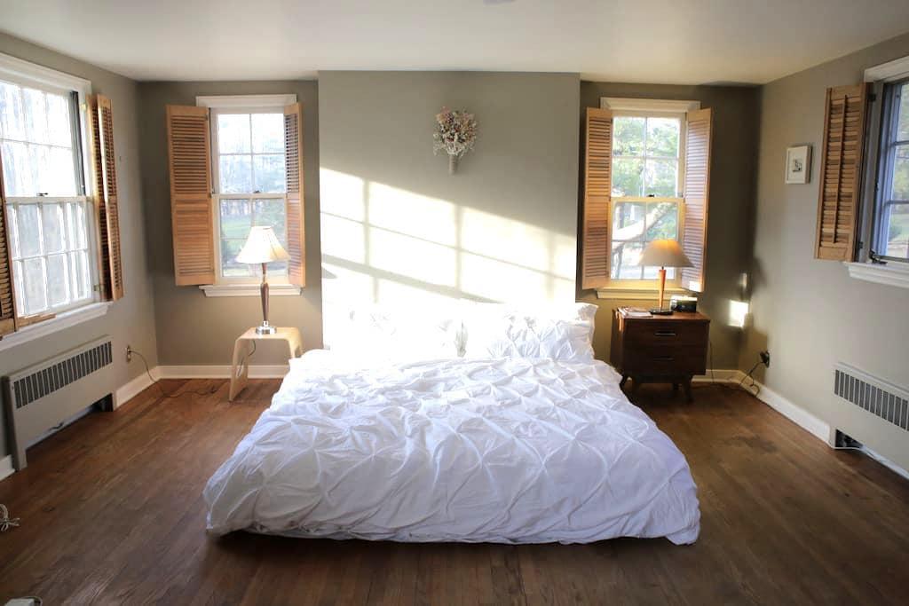 Spacious room with private bath - Princeton - Casa