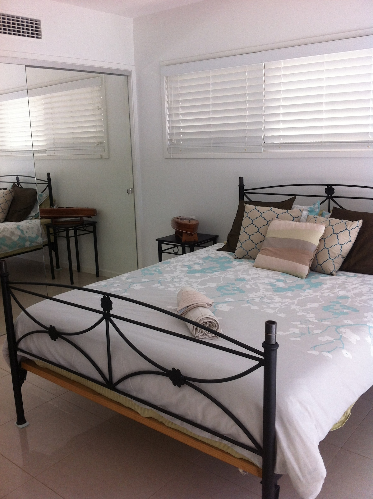 Twin Share Room with 1 Queen Bed, Private Entrance & Balcony