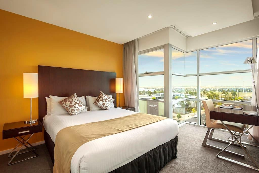 Quest Caroline Springs 2 Bedroom Apartment - Caroline Springs - Byt