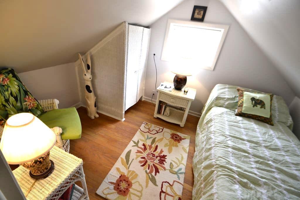 Hobbit Room-1 mile to SU. - Syracuse - Maison