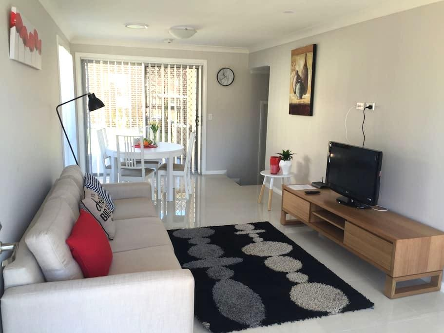 Comfortable home in quiet street - Blacktown - 連棟住宅