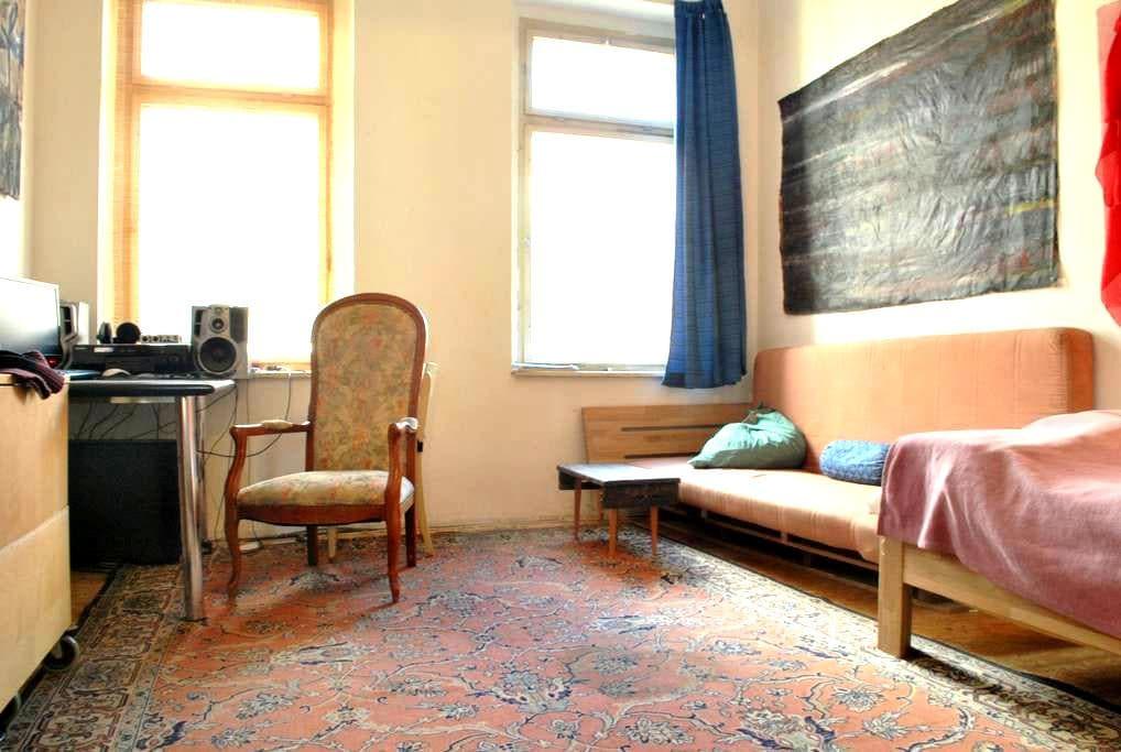 Sunny oldfashioned room near centre - Leipzig