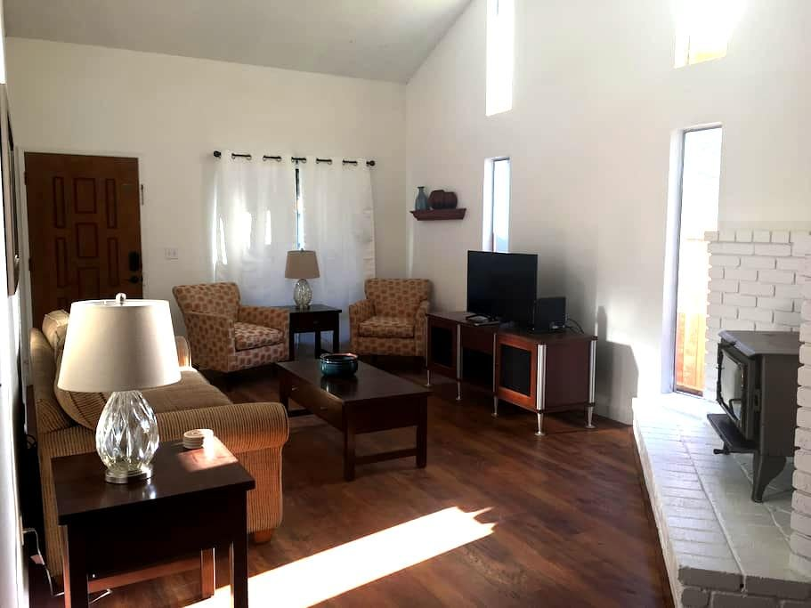 $1000 WK MAY SPECIAL! 2 BED, 2 BATH, 2 CAR GARAGE! - Citrus Heights - House