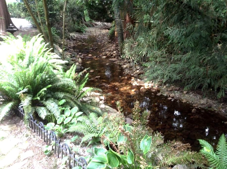 Creekside Oasis in North Vancouver. - North Vancouver - Huis